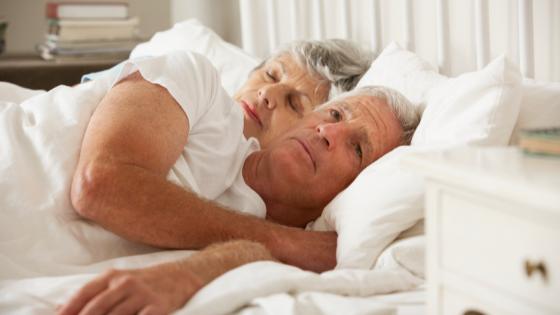 sesso dopo intervento alla prostata, coppia di anziani a letto